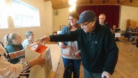 ORDENTLIG: Her avlegger Peter Melleby sin stemme i stemmelokalet i Vadsø sammen med sin datter Ragnhild Melleby Aslaksen. Foto: Privat.