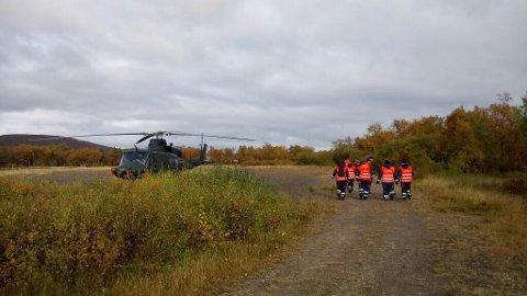 OGSÅ I AKSJON: Også Forsvarets helikopter deltar i aksjonen.