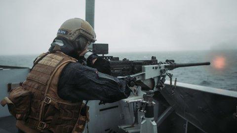 SKYTEØVELSE: Soldat ute på dekk og skyter med 12-7 under Trident Juncture.