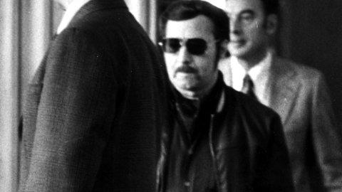 MASSEDRAPSMANN: 1975 i Trondheim. Den eldste av Antonsenbrødrene, Edgar Antonsen (med solbriller) føres inn i retten. Foto: SCANPIX