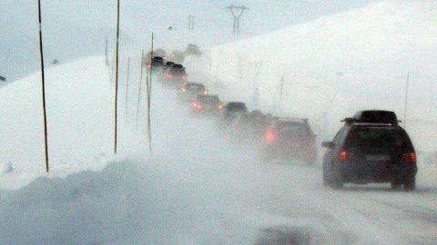 VEIPROBLEMER: Tidlig neste uke kan vind og snøbyger gi flere stengte eller kolonnekjørte veier. Arkivbilde.