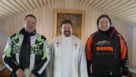 Leder i Hammerfest og Kvalsund snøscooterforening Tom Roger Larsen, prest Jon Arne Tandberg og Tommen Hermo i scooterforeninga knipset ved en av de tidligere gudstjenestene i Aisaroaivi kapell.