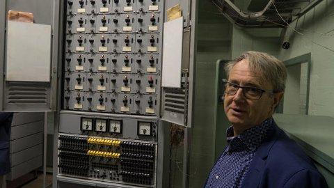 FORTSATT PÅ: Telenors dekningsdirektør Bjørn Amundsen foran et teknisk skap i dommedagsbunkeren som ingen vet hva styrer - og som derfor ingen har turt å skru av.