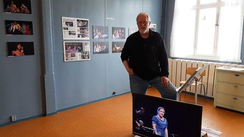 I UTSTILLINGEN: Initiativtaker Asbjørn Nilsen laget utstillingen som forteller om Kibergodysseen og operasanger Anne-Lise Berntsen.