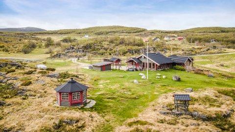PLASS NOK: Hytte er på 123 m2 og har totalt fem soverom. I tillegg fikk kjøperne også anneks med soveplasser, badstue, garasje, uthus, sjøhus og grillstue.