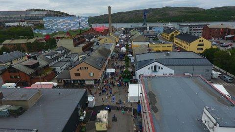 FOLK I GÅGATA: Gågata var pyntet til fest under Kirkenesdagene i 2019. Innleggsforfatter Staal Nilsen håper at det er mulig at byen får til like mye aktivitet når turistene fra Hurtigruta kommer inn til byen.