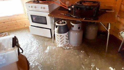 ISDEKKET: Isen sto 10-15 centimeter over gulvet i bygningene. Skadene i bygningene ble anslått til 55.000 kroner.
