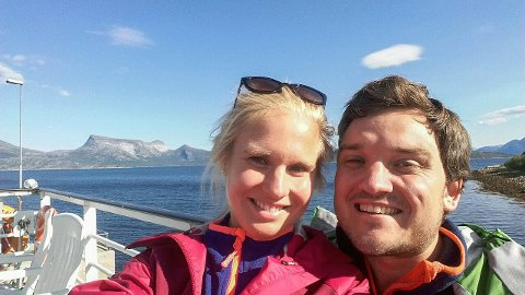 VIL BLI: – Vi trives så godt at vi snakker om at vi vil være her lenger. Så nå er vi ofte inne på finn.no og ser etter hus rundt om i Finnmark, sier turnuslegene Live Solvang Hoff og Fredrik Nordum.