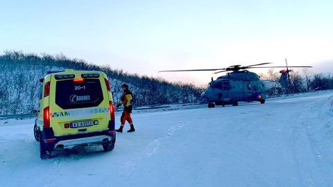 HJELP FRA LUFTA: Kystvaktens helikopter frakter ressurser til brannstedet.