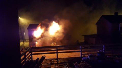 BRANN: Naboene fikk beskjed om å holde utgikk over huset som brant.
