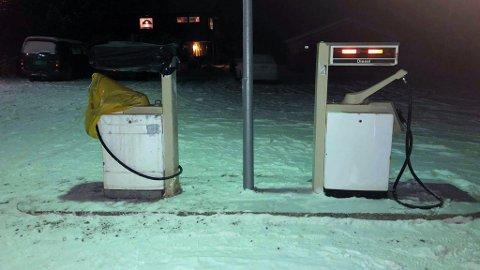 UTE AV DRIFT: Den ene av de to bensinpumpene er ute av drift etter at noen har kjørt på den. Den lå på bakken tidligere mandag ettermiddag, men har nå blitt reist opp igjen og delvis pakket inn i plast.