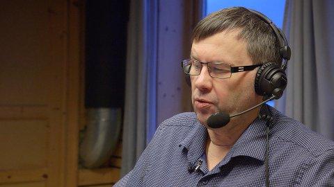 FRUSTRERT: Raymond Elde og Radio Nordkapp er slått ut av hackere. Nå jobber de på spreng for å rekke bingoen på onsdag.