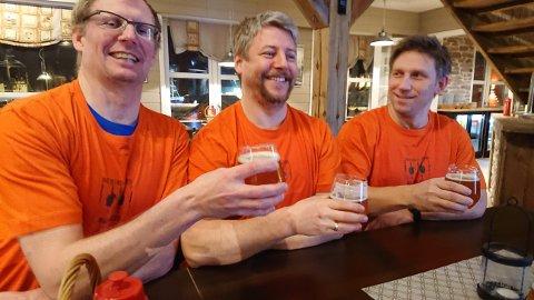 SKÅL: Finnmarks tredje bryggeri har hatt formell åpning. Bryggeriets medeiere Atle Larsen, Sean Miller og Rune Johansen virket fornøyde med responsen.