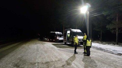 STOPPET: 30 kjøretøyer ble stoppet og kontrollert. Fem fikk ikke kjøre videre med nordlystuistene. To sjåfører er anmeldt for å ha kjørt uten lovlig løyve.