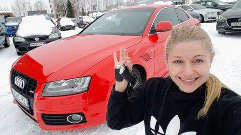 DRØMMEBILEN STJÅLET: Dette bildt er fra da Jeanette hentet drømembilen sin. Nå håper hun inderlig at ikke biltyben har knust den kjappe drømmebilen hennes.