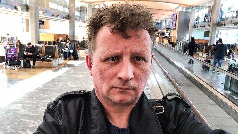 PÅ RUNDTUR: Frilansforfatter Roger Albrigtsen var med widerøeflyet som sirklet rundt Tromsø mandags morgen. Albrigtsen, som befinner seg på Gardermoen når iFinnmark snakker med han, forteller at hele situasjonen ble tatt med godt humør av de aller fleste passasjerene.