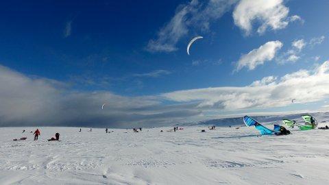 I GANG: Vake 2019 blåste i gang tirsdag formiddag ved Berlevåg sentrum. Kiterne har til lørdag på å ta seg til Vardø.