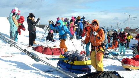KLARE FOR EKSPEDISJON: Lagene startet i Berlevåg klokken 10:00, og måtte gå tre kilometer før de fikk hive opp kitene. Norske Team Camilla i front.