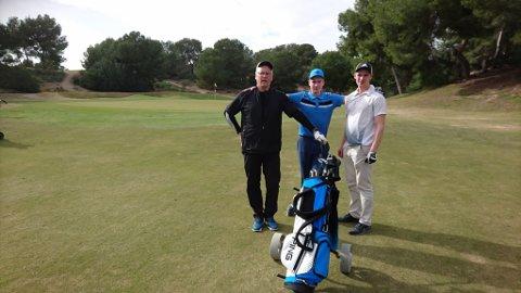 GOLFERE: Fra venstre ser vi Jens Betsi, hans sønn Johannes og hans sønn Adrian.