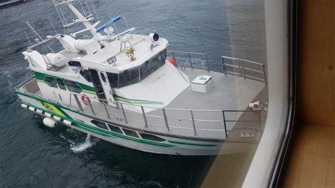 Ferga fra Øksfjord til Hasvik måtte returnere til Øksfjord etter at en ansatt ombord trengte helsehjelp. Ambulansebåten M.W. Asheim kom til unnsetning.