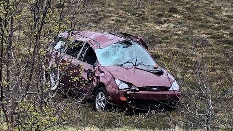I GRØFTA: Bilen lå ca 100 meter fra veien.