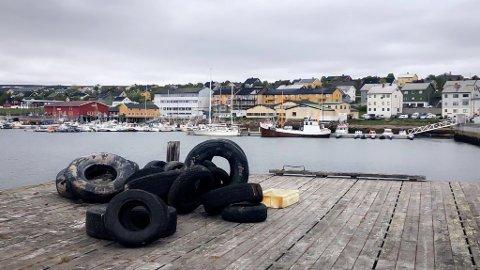 BILDEKK: Havna i Vadsø er full av gamle bildekk.