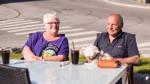 VENTER PÅ REKER: Torill Jensvold, Helge Jensvold og Sindy venter på reker i det fine været. De har kjørt bobil helt opp fra Os i Østerdalen.