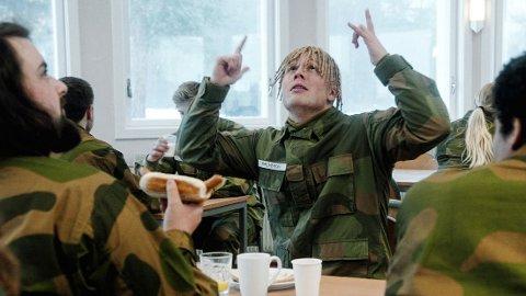 POPULÆR: Dette er en av karakterene til Herman Flesvig: Ola Halvorsen: etnisk norsk rekrutt som har vokst opp blant flerkulturelle nordmenn på Haugenstua i Groruddalen. Han snakker kebabnorsk og er fremmed for alt som oppfattes som tradisjonell norsk kultur, i en av episodene får han et ublidt møte med brunost i soldatmessa.