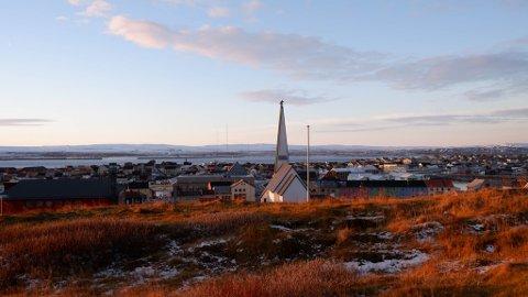 VARDØ: Dette er Vardø slik det ser ut i dag. I 1770-årene så nok byen ganske så annerledes ut, men jordhytter og tømmerbygg. Kanskje var det store handelsskip på vei in mot havna da Erik Hansen Rogstad ankom stedet i 1771. Og kanskje kom han selv til Vardø med skip.