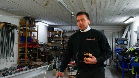 UTFORDRINGER: Robert Wille i verkstedet til Bitihengeren. Som egentransportør har han store utfordringer med koronatiltakene.