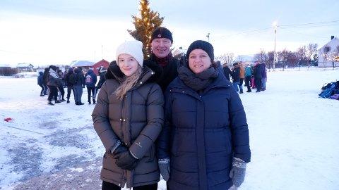 LÆRERNE: Frida Sommerset (f.v.), Kjell Arne Dahl og Suzanne Holmgren er alle glade for å kunne flytte inn allerede før jul. – Da vet vi at det er her vi starter opp etter jul, og det er veldig deilig, sier Holmgren.