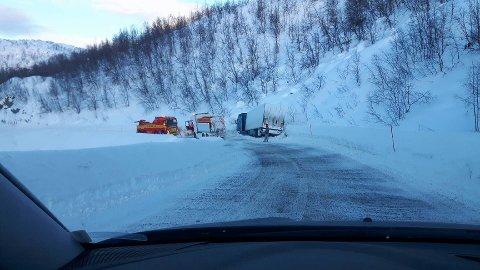 I GRØFTA: En trailer har vært uheldig og kjørt ut i grøfta på E45, mellom Alta og Suolovuopmi