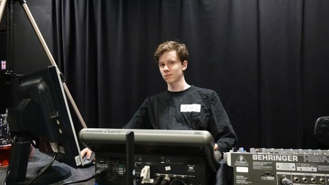 LYDMANN: 18 år gamle Haakon Nilsen Slagtern har opprettet sitt eget foretak for å tjene penger på hobbyen sin.