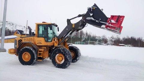 FIKK HJELP: Snøen er ryddet i Bjørneparken, men banen er ikke helt spilleklar enda. Det er ønskelig fra ledelsen i idrettslaget at banen skal få tørke opp før den blir tatt i bruk.