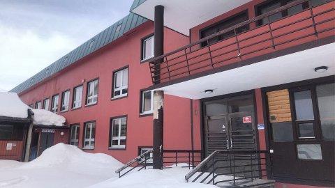 SELGER: Kjell Åge Andreassen selger det gamle asylmottaket. Dette er nå blant de siste byggene drevet som asylmottak i Vadsø.