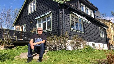 SOLGT: Boligen Bernt-Aksel Jensen sitter foran, er hans gamle hjem i Vadsø. I forrige uke ble dette huset solgt etter å ha ligget ute i snaue to uker. Eiendomsmegler ser tegn til god utvikling i boligmarkedet.