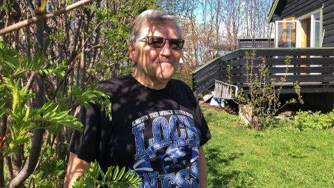 PÅ TUR HJEM: Bernt-Aksel Jensen i hagen sin i Vadsø. Nå er det oppbruddstid. Han skal flytte hjem til Nordkapp, og tilbringe sommeren i Honningsvåg.