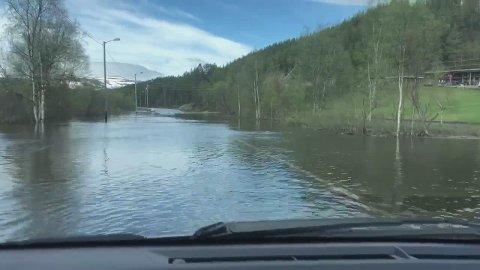 E6 er under vann ved Skoganvarre og vil være stengt til minst klokka 09:00 tirsdag.