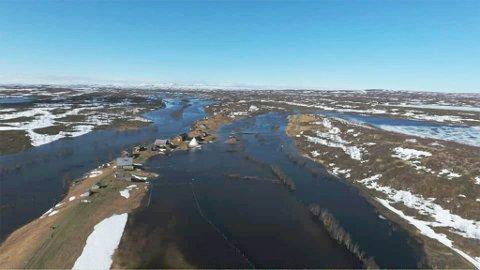 VANN PÅ ALLE KANTER: Per Edvard Johnsen har vann på alle kanter av Nedre Mollisjok Fjellstue, men vannet ser nå ut til å være på retur.