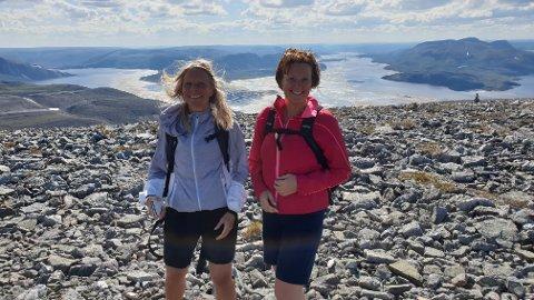 UNIK UTSIKT: Tar du turen til toppen av 725 meter høye Stangnestind, noe Eirin Beate Utsi (t.v.) og Jeanette Hammer Andersen gjorde lørdag sammen med mange andre, belønnes du av denne fantastiske utsikten.