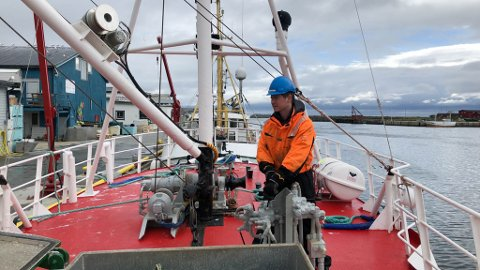 """JOBBER I FINNMARK PÅ SOMMEREN: Fisker og kaptein på fiskebåten, """"Lysbøen"""", Stephan Solhaug (24) er en av få fiskere som jakter hysa med fløytline for tiden."""