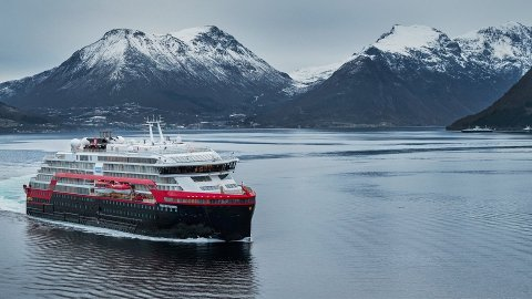 SYK OM BORD: En knapp måned etter å ha blitt syk om bord på et Hurtigruten-cruise, døde mannen av covid-19. Hurtigruten-skipet MS Fridtjof Nansen, her på reise i Norge.