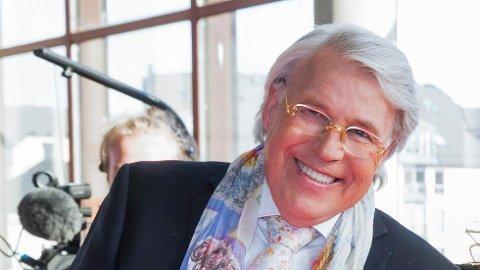 REAGERER KRAFTIG: TV-personligheten Finn Schjøll, kjent som Blomster-Finn, reagerer krftig på talen til konfirmantene som sogneprest Bjarne Gustad serverte i Máze.
