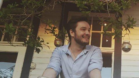 NYANSATT LÆRER: Alexander Seipæjærvi Berg (27) er ansatt som ny musikklærer i bass og gitar ved Vadsø kulturskole.