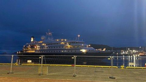 Skipet Seadream Nelly i Bodø natt til onsdag. Besetningsmedlemmene skal testes for koronavirus onsdag. Foto: Stian Høgland