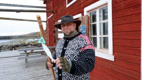 «SILLI»: Raymond Olufsen driver språksenteret i Vadsø. Her avbildet sist Kvenfolkets dag ble arrangert, hvor han har hatt fiskeaktiviteter, hvor navnet på fisken er skrevet på kvensk. Som her, en sild, som på kvensk blir «Silli».
