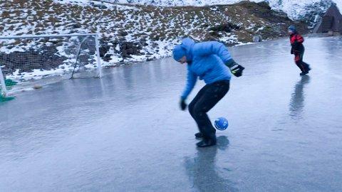 Benjamin og Kjell-Vidar Forsberg spiller fotball bokstavlig på glattisen.