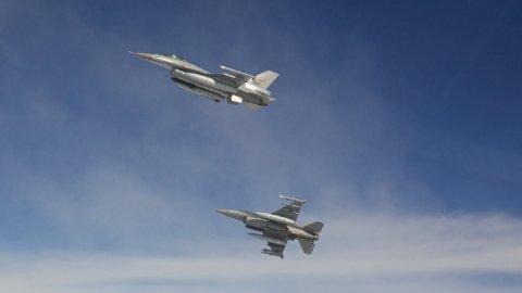 PÅ OPPDRAG: To F-16 jagerfly under treningstokt over Norge. Det var to fly av denne typen som brøt lydmuren tirsdag morgen. Dette hørtes som to smell over Finnmark.