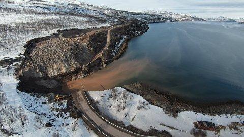 SKAL FJERNE LEIRE: Det skal hyres inn en mudringsbåt som kan få fjernet leira som er avdekket av geoteknikere etter skredet.