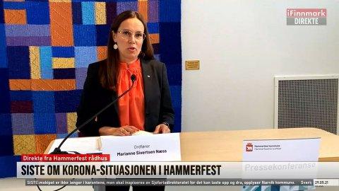 RØRT: Det var en tydelig rørt Hammerfest-ordfører Marianne Sivertsen Næss som lørdag holdt pressekonferanse, som også ble sendt på iFinnmark. Skjermdump